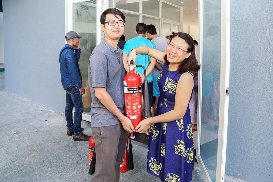 Trao tặng bình chữa cháy CO2 tại chung cư Melody Residences