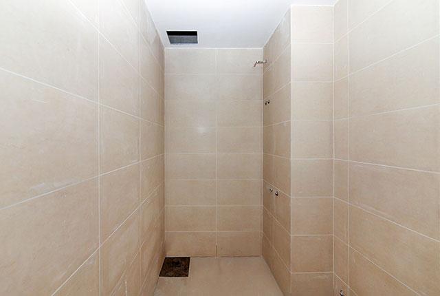 3.Hoàn thành ốp gạch WC căn hộ block B