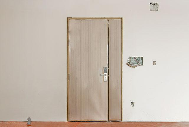 5.Lắp đặt cửa ra vào căn hộ tầng 5 - 15 block B