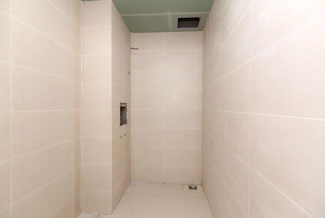 Hoàn thành ốp gạch WC căn hộ block A